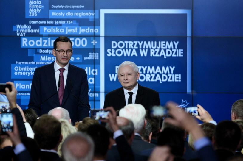 Jarosław Kaczyński i Mateusz Morawiecki na wieczorze wyborczym PiS / Jakub Kamiński    /PAP