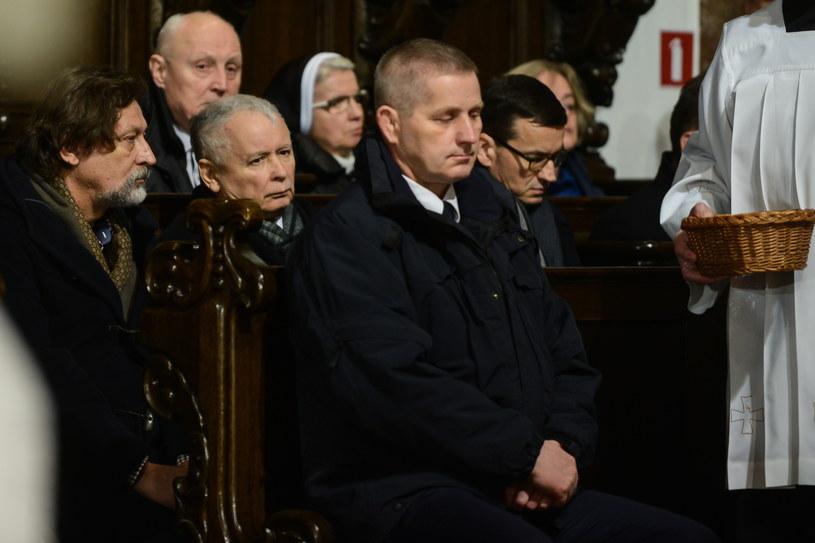 Jarosław Kaczyński i Mateusz Morawiecki podczas mszy poświęconej ofiarom katastrofy smoleńskiej /Jakub Kamiński   /PAP