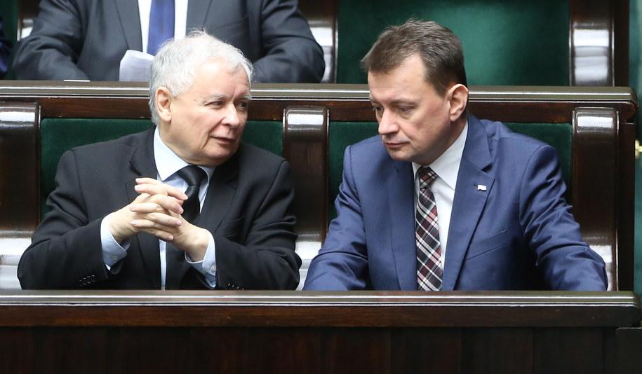 Jarosław Kaczyński i minister spraw wewnętrznych i administracji Mariusz Błaszczak w Sejmie /Leszek Szymański /PAP