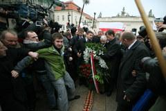 Jarosław Kaczyński nie pojawił się na Powązkach, złożył kwiaty przed Pałacem