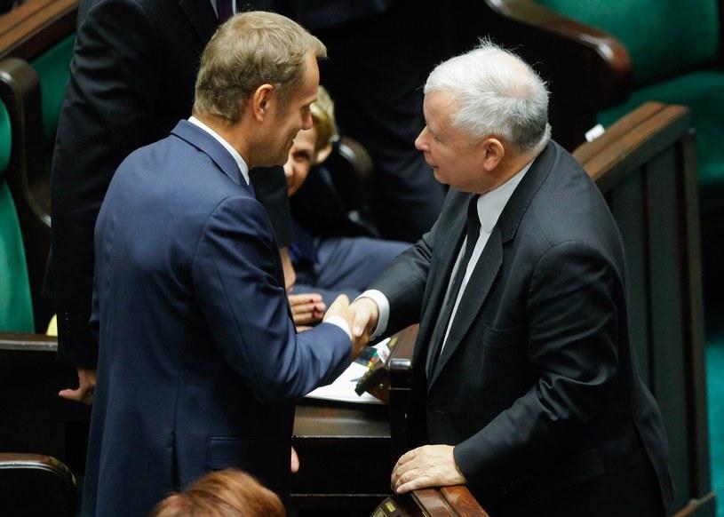"""""""Jarosław Kaczyński ostentacyjnie, na sali posiedzeń Sejmu, gratulował Donaldowi Tuskowi"""". /Andrzej Iwańczuk /Reporter"""