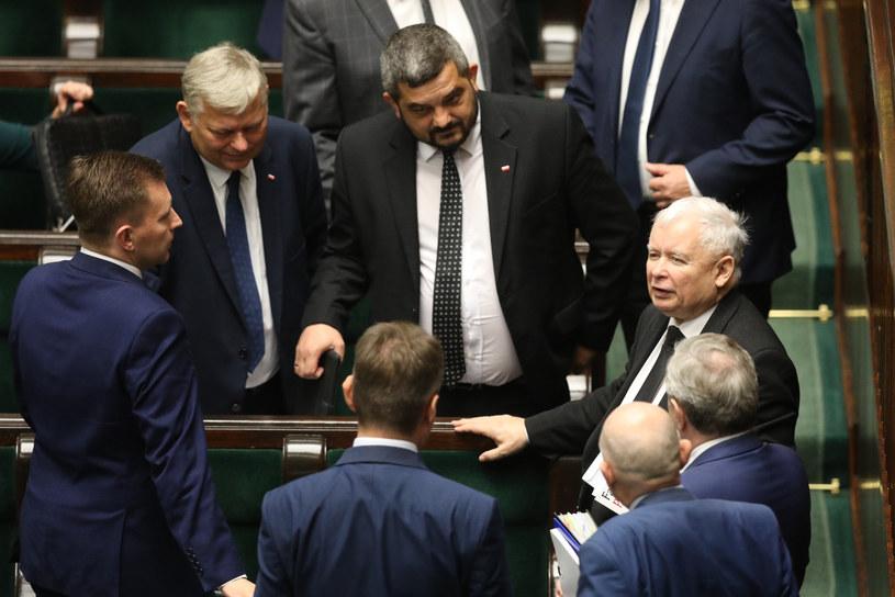Jarosław Kaczyński otoczony posłami PiS w Sejmie /Tomasz Jastrzębowski /Reporter