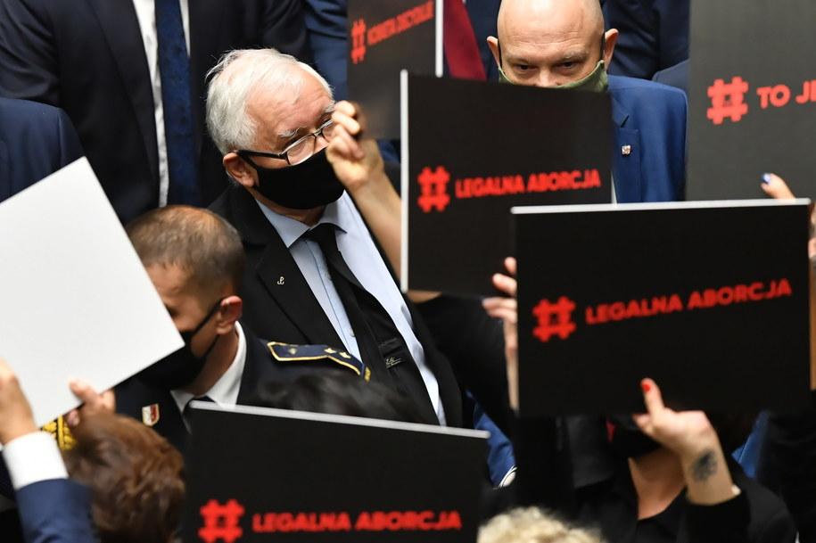 Jarosław Kaczyński otoczony przez posłanki opozycji /Piotr Nowak /PAP