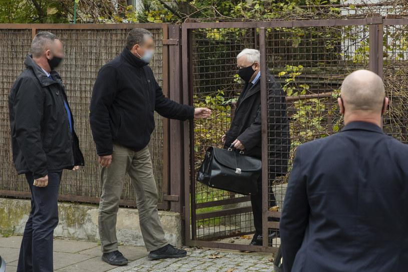 Jarosław Kaczyński pod domem w Warszawie /PAWEL DABROWSKI/AGENCJA SE/East News /East News