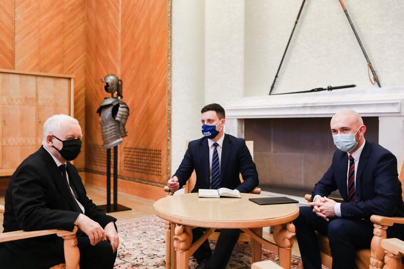 Jarosław Kaczyński podczas rozmowy z Piotrem Witwickim i Marcinem Fijołkiem /Adam Guz/KPRM /