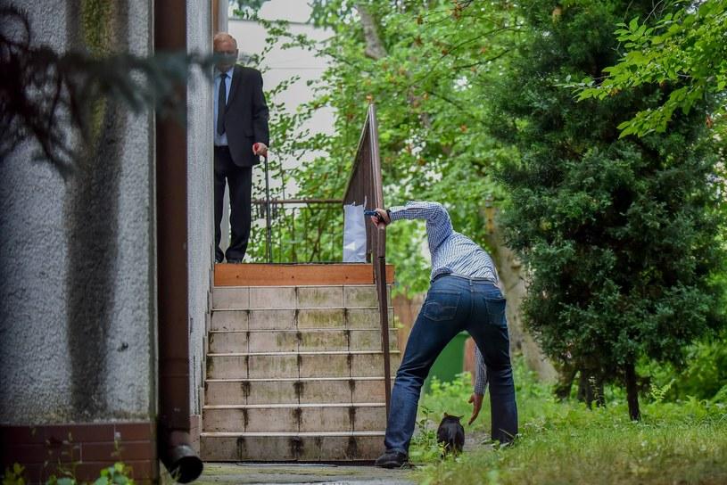 Jarosław Kaczyński przed domem /Newspix