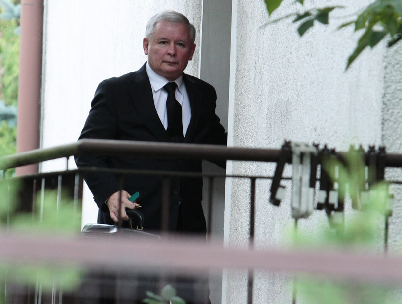 Jarosław Kaczyński przed domem /Piotr Grzybowski /East News