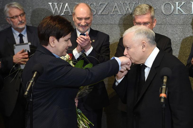 Jarosław Kaczyński przywitał Beatę Szydło na lotnisku w Warszawie /Radek Pietruszka /PAP
