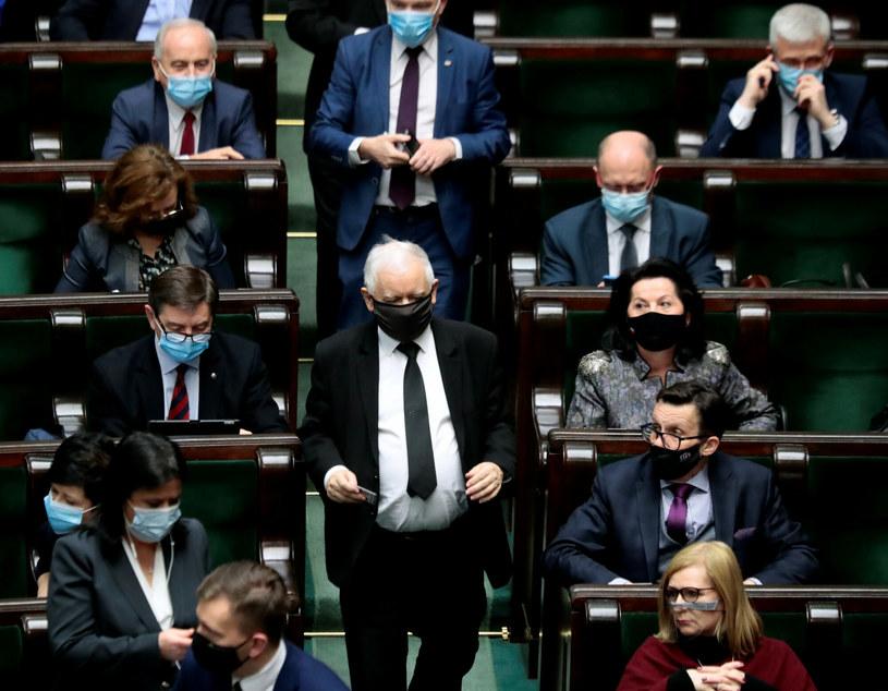 Jarosław Kaczyński w otoczeniu parlamentarzystów Prawa i Sprawiedliwości /Piotr Molecki/East News /East News