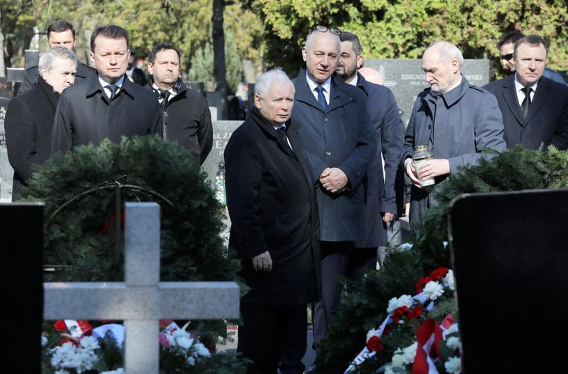 Jarosław Kaczyński w otoczeniu polityków PiS 10 kwietnia 2020 na Powązkach /Jakub Kamiński   /East News