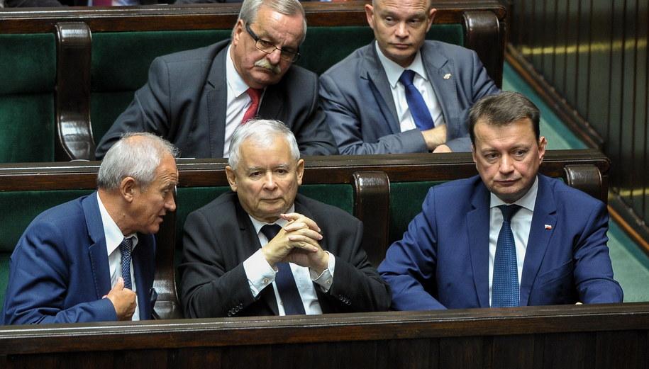 Jarosław Kaczyński w otoczeniu polityków PiS /Marcin Obara /PAP