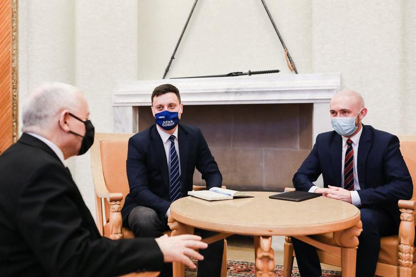 Jarosław Kaczyński w rozmowie z Piotrem Witwickim i Marcinem Fijołkiem /Adam Guz/KPRM /