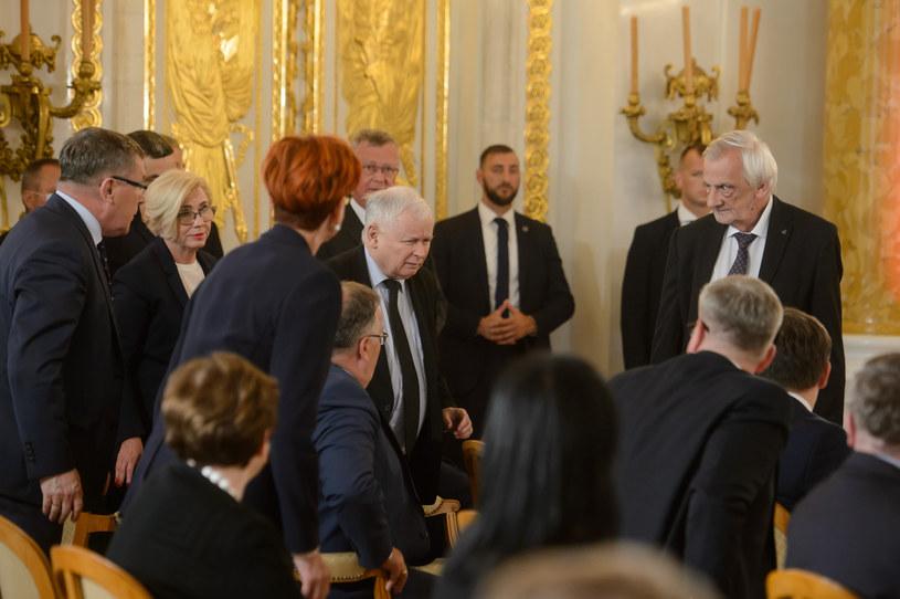 Jarosław Kaczyński wchodzi podczas przemówienia prezydenta /Zbyszek Kaczmarek /Reporter