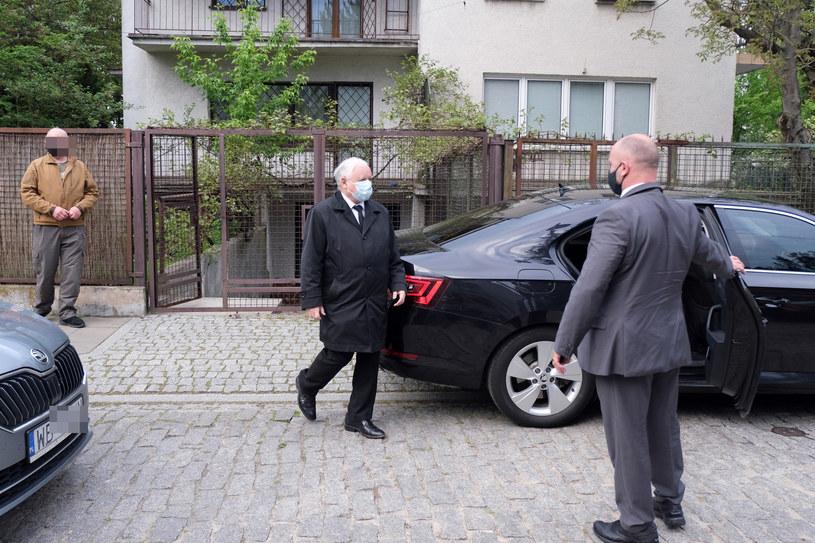 Jarosław Kaczyński wychodzi z domu /Agencja SE /East News