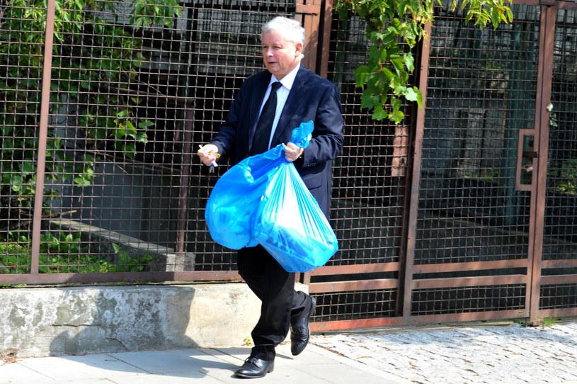 Jarosław Kaczyński wyrzucający śmieci przed swoim domem /Maciej Gostynski/SE /East News