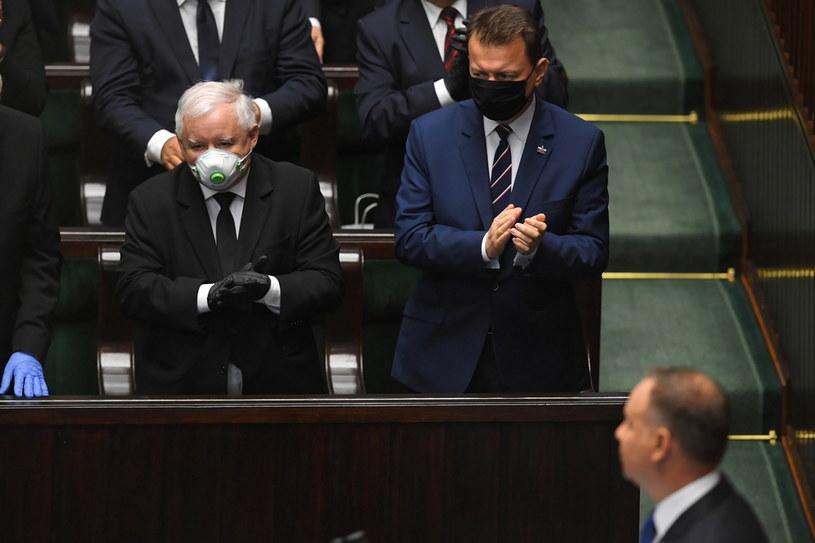 Jarosław Kaczyński (z lewej) podczas uroczystości zaprzysiężenia prezydenta RP przed Zgromadzeniem Narodowym /Radek  Pietruszka /PAP