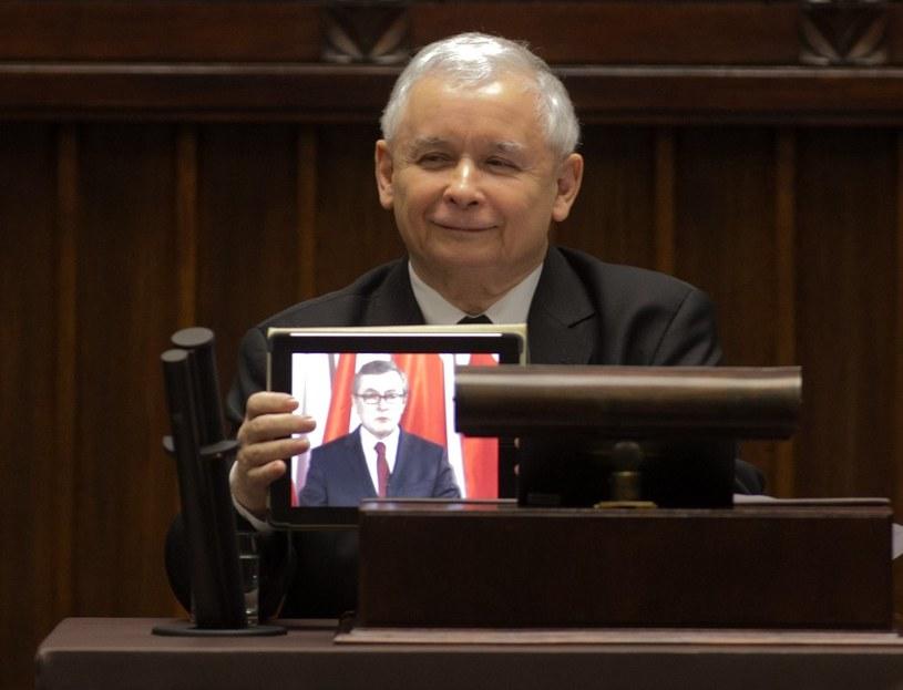 Jarosław Kaczyński z tabletem wyświetla przemówienie prof. Piotra Glinskiego /Andrzej Iwańczuk /Reporter