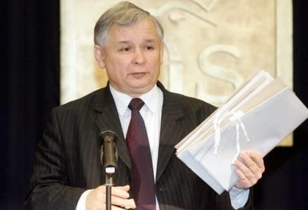 Jarosław Kaczyński ze swoją teczką z IPN z materiałami SB, fot. Mirek Noworyta /Agencja SE/East News