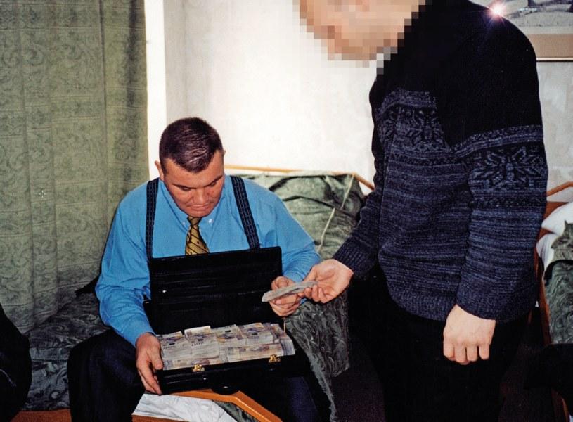 Jarosław Pieczonka jako operator ZBZ. Liczenie pieniędzy przed transakcją w trakcie operacji specjalnej dotyczącej zakupu nielegalnych papierosów, 2000 rok. /materiały prasowe
