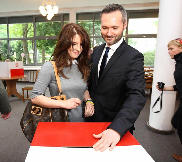 Jarosław Wałęsa z żoną Eweliną podczas głosowania, fot.Michal Fludra/Sipa USA/East News /East News