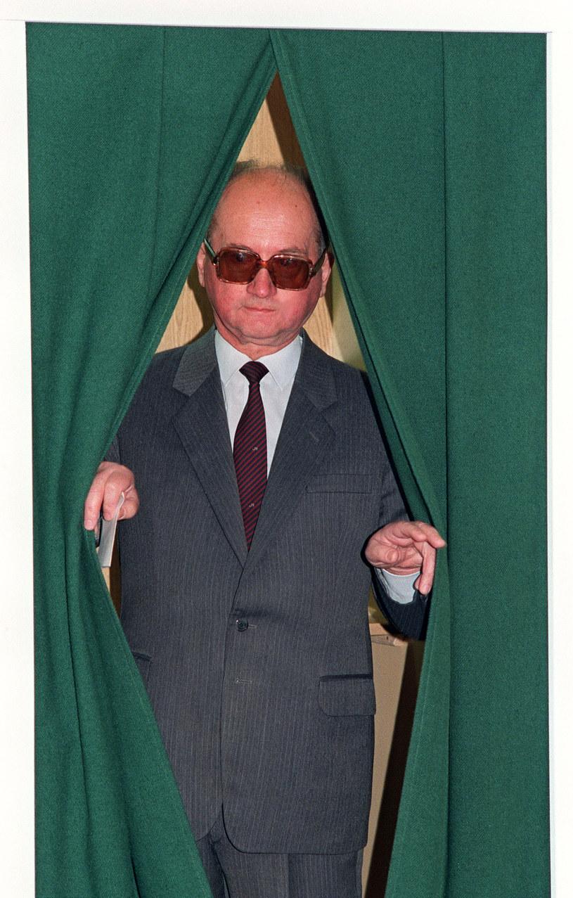 """""""Jaruzelski był głębokim szoku i też bardzo wściekły z powodu wyników wyborów"""". Na zdjęciu Jaruzelski oddaje głos w drugiej turze wyborów 18 czerwca 1989 roku /ERIC FEFERBERG /AFP"""