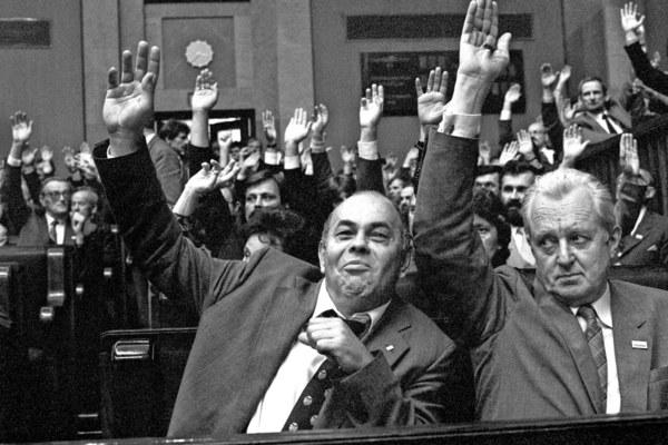 Warszawa, 19.07.1989, Sejm kontraktowy, dzień wyboru prezydenta przez Zgromadzenie Narodowe. Głosują Jacek Kuroń i Andrzej Wielowieyski