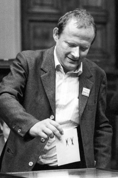 """Warszawa, 19.07.1989, Sejm kontraktowy, dzień wyboru prezydenta przez Zgromadzenie Narodowe. """"Przeciw"""" wyborowi głosuje Adam Michnik"""