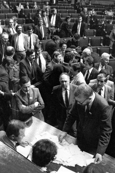 Warszawa, 19.07.1989, Sejm kontraktowy, dzień wyboru prezydenta przez Zgromadzenie Narodowe. Liczenie głosów