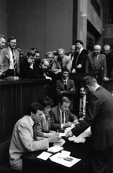 Warszawa 19.07.1989 r. Sejm kontraktowy, dzień wyboru prezydenta. Liczenie głosów