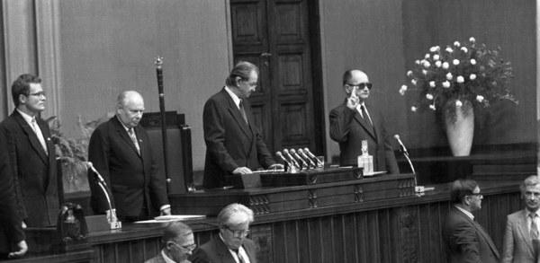 Wojciech Jaruzelski składa przysięgę jako prezydent PRL. Drugi od lewej: marszałek Senatu Andrzej Stelmachowski, trzeci od lewej: marszalek Sejmu Mikołaj Kozakiewicz
