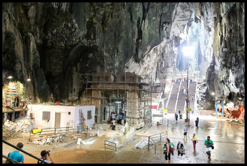 Jaskinia Batu to monumentalna świątynia w jaskini, która zachwyca przestrzenią, grą światłocieni i rzeźbami /Dinendra Haria / i-Images /East News