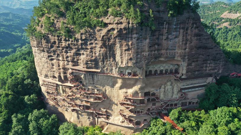 Jaskinie Maijishan położone w trudno dostępnym łańcuchu górskim przetrwały setki lat. Dziś można je podziwiać, gdy pokonamy skomplikowaną sieć schodów /ICHPL Imaginechina/Associated Press /East News
