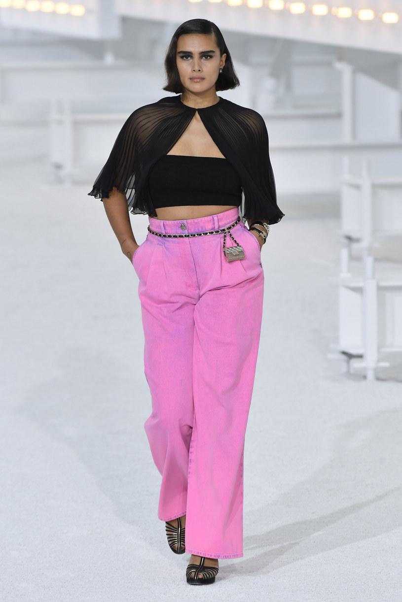 Jaskrawo różowe dżinsy to według Chanel modowy hit /Jonas Gustavsson/Sipa USA/East News /East News