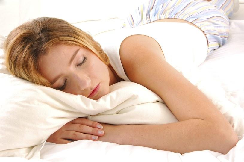 Jasny ekran telewizora nie ułatwia zasypiania. Gdy masz kłopoty ze snem, zamiast oglądać tv, poczytaj książkę /123RF/PICSEL