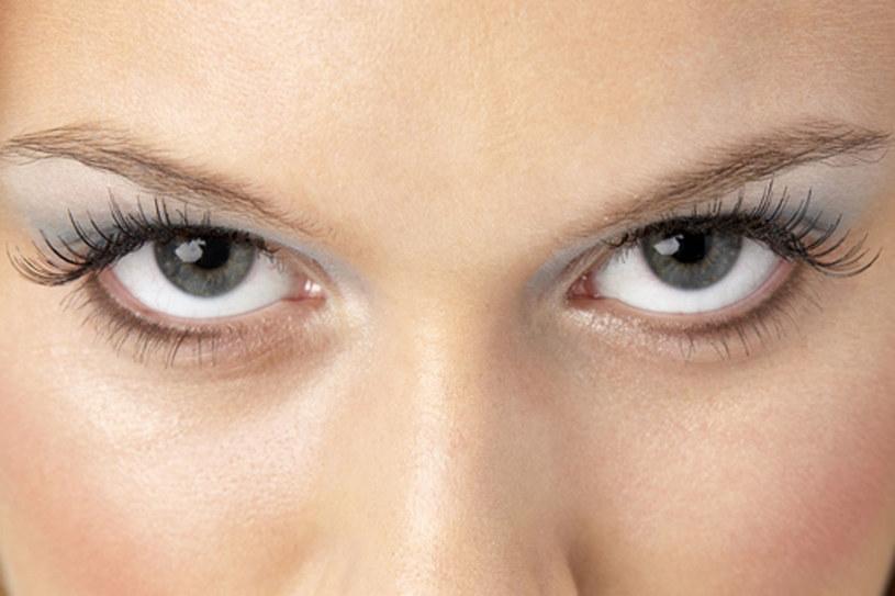Jasny, perłowy cień na górnej powiece optycznie powiększy oko  /© Panthermedia