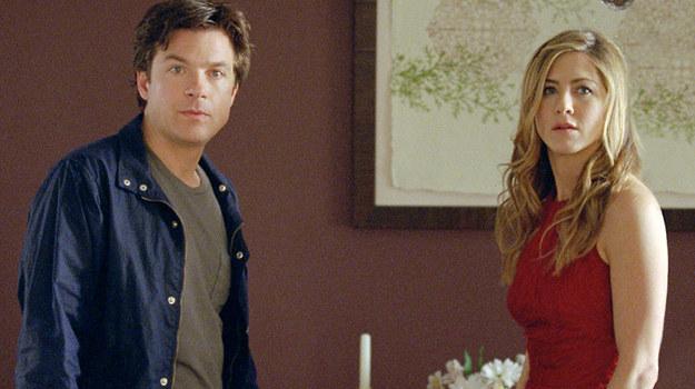 """Jason Bateman i Jennifer Aniston w scenie z filmu """"Tak to się teraz robi"""" /materiały dystrybutora"""