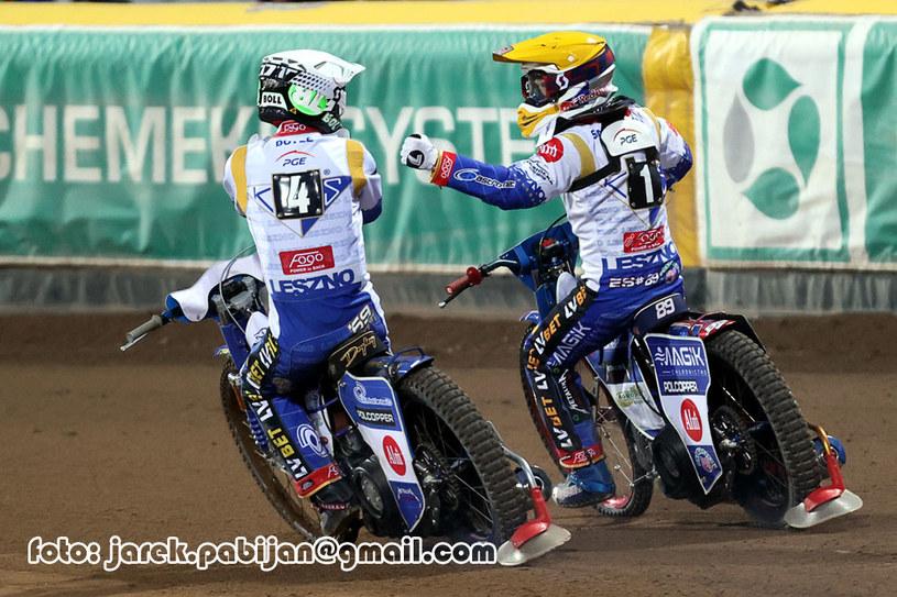 Jason Doyle i Emil Sajfutdinow dziękują sobie po wyścigu /Ewelina Wójcik /Flipper Jarosław Pabijan
