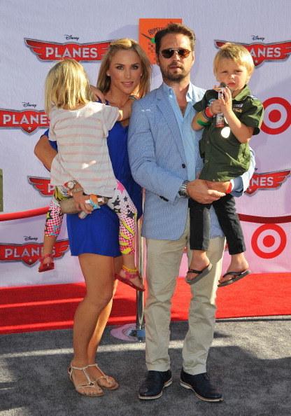 Jason Priestley z żoną Naomi i dziećmi (2013) /Angela Weiss /Getty Images