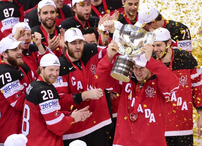 Jason Spezza (z pucharem) nie miał sobie równych w punktacji kanadyjskiej, jak na Kanadyjczyka przystało. /AFP