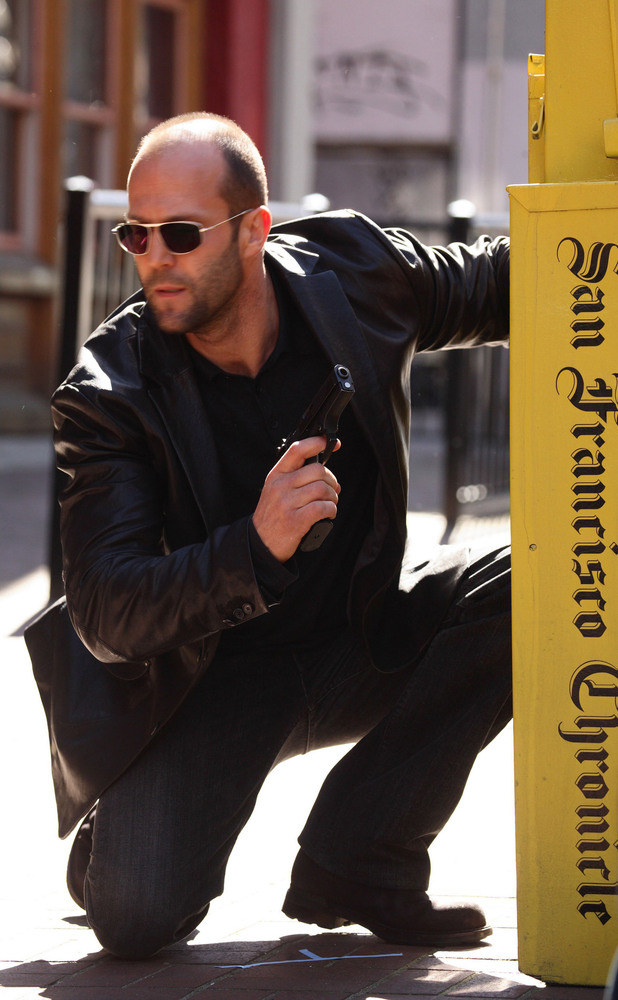 Jason Statham jest idelanym przedstawicielem gangsterskiego stylu /East News