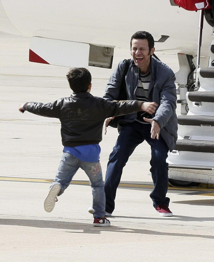 Javier Espinosa witany przez syna na lotnisku niedaleko Madrytu po uwolnieniu z rąk IS /AFP
