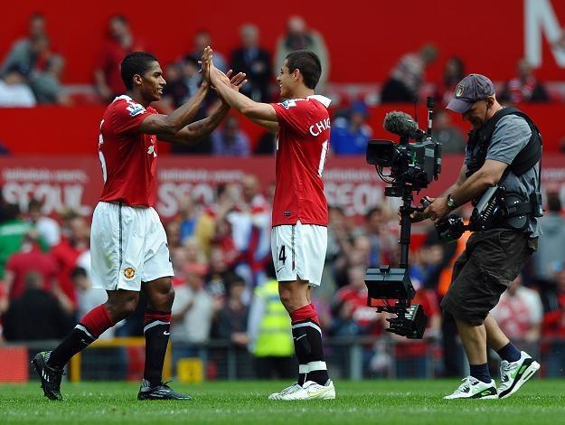 Javier Hernandez (z prawej) odbiera gratulacje od Antonio Valencii. /AFP