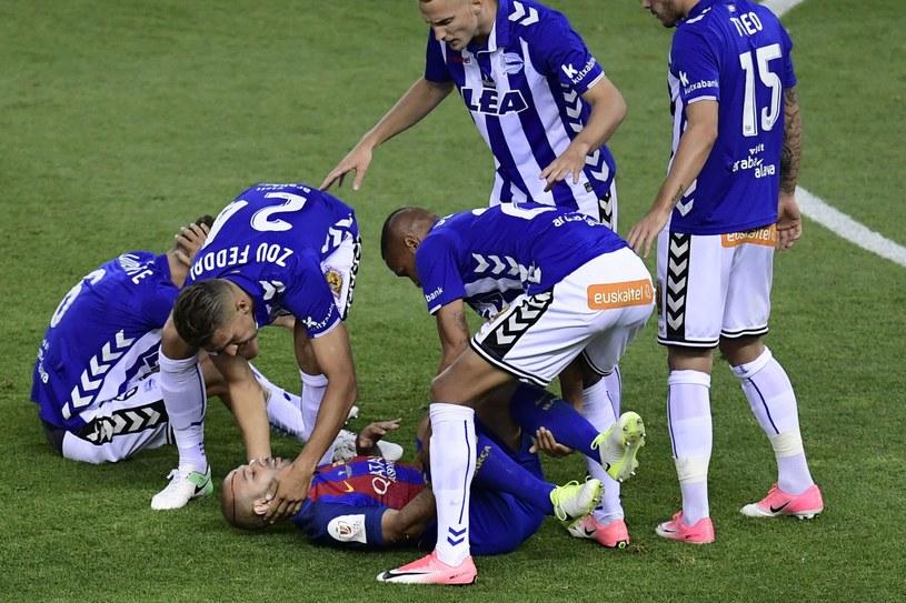 Javier Mascherano (w środku) doznał kontuzji w finale Pucharu Króla /AFP