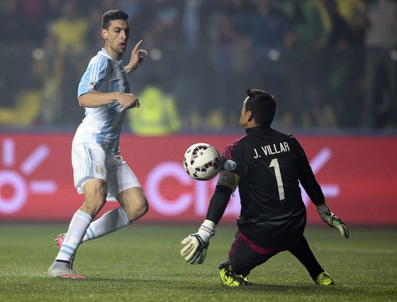 Javier Pastore (z lewej) strzela na bramkę strzeżoną przez Justo Villara /AFP
