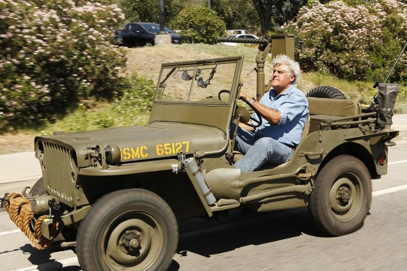 Jay Leno w wojskowym Willysie. Jednym ze 150 samochodów z kolekcji /materiały prasowe