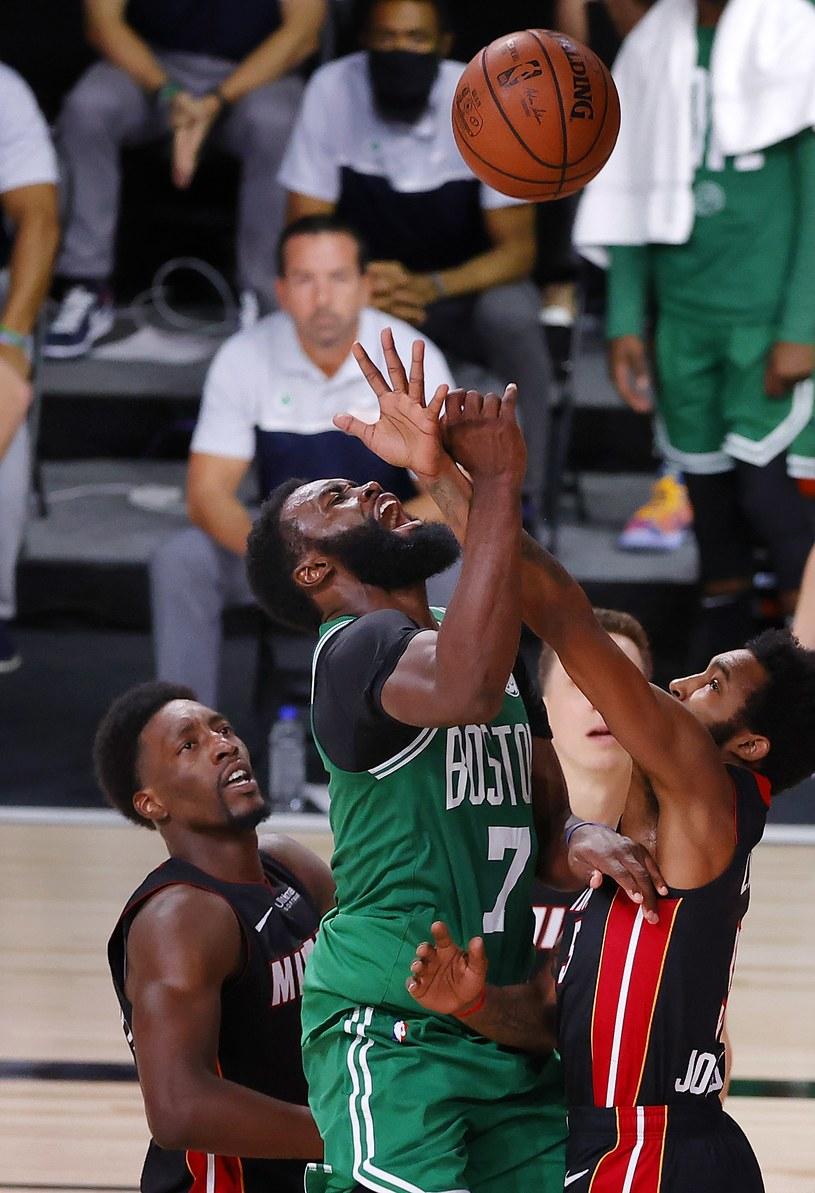 Jaylen Brown (7) sieje zamęt pod koszem Miami Heat /AFP