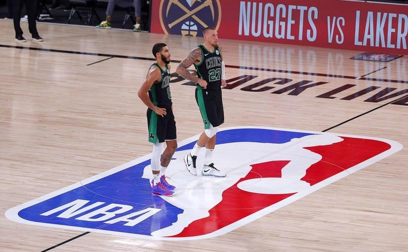Jayson Tatum i Daniel Theis z Boston Celtics /AFP