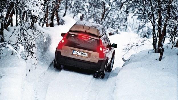 Jazda po zaśnieżonej drodze może skończyć się awarią nawet auta z napędem 4x4. /Motor