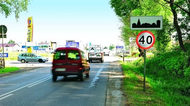Jazda z prędkością 50 km/h zamiast 40 km/h zapominalski kierowca naraża się na niewielki mandat. /Motor