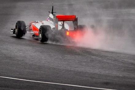 Jazdę utrudniał deszcz /AFP